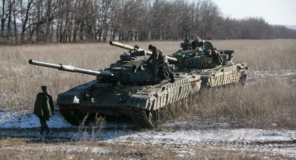 Los milicianos de la autoproclamada República Popular de Donetsk (RPD), en puesto de control en la carretera de la Vuhlehirsk a Debáltsevo 18 de febrero, 2015