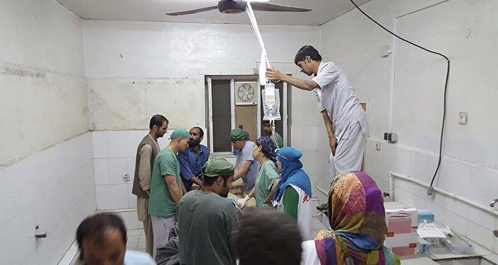 Médicos da MSF trabalham no hospital depois de ataque aéreo na cidade de Kunduz, Afeganistão