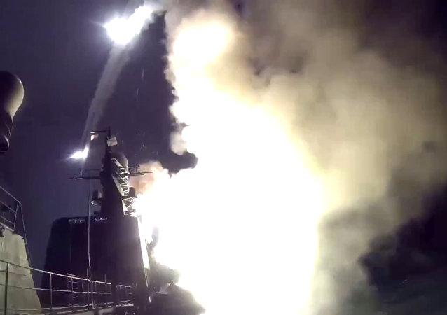 Navios da Frota do mar Cáspio estão lançando míseis de cruzeiro contra as posicões do Estado Islâmico na Síria, 7 de outubro de 2015