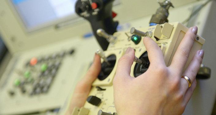 Instrutora do Ministério da Defesa russo manuseia controle de um drone.