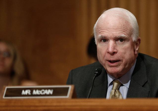 John McCain, em 15 de maio de 2014, durante audiência do Comitê de Segurança Nacional do Senado