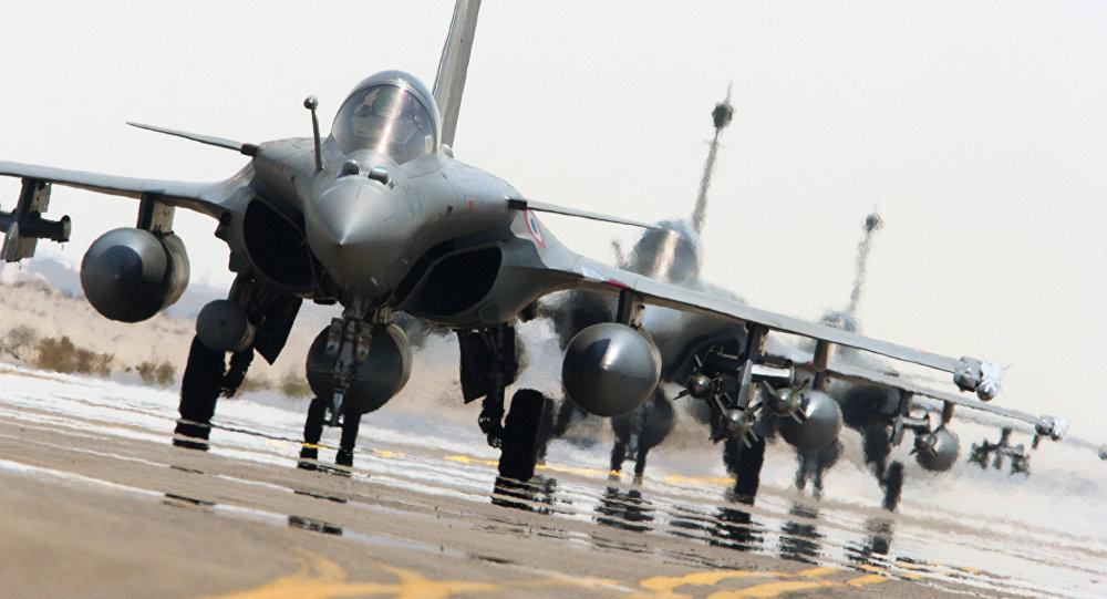 Caças Rafale da Força Aérea da França se prerarem apoiar a coalizão internacional contra o Estado Islâmico, 27 de setembro de 2015