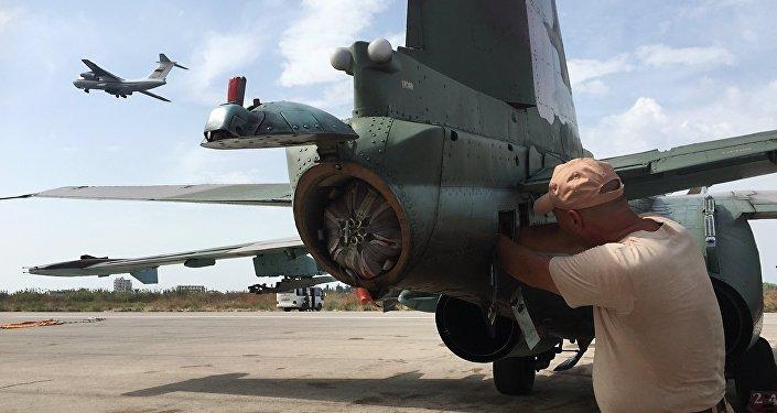 Piloto de Su-25 antes de voo.