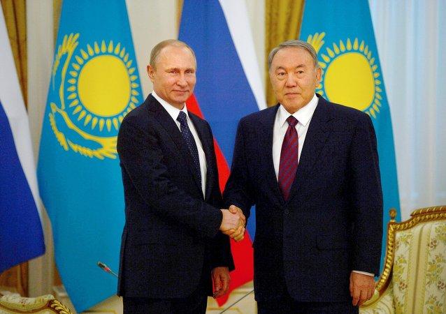 Presidente da Rússia, Vladimir Putin, e presidente do Cazaquistão, Nursultan Nazarbayev