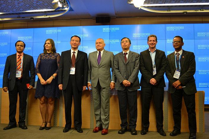 """Chefes dos principais órgãos de comunicação dos países BRICS no Fórum """"Vias de Criação de um Espaço Informacional Comum dos BRICS"""", 8 de outubro de 2015"""