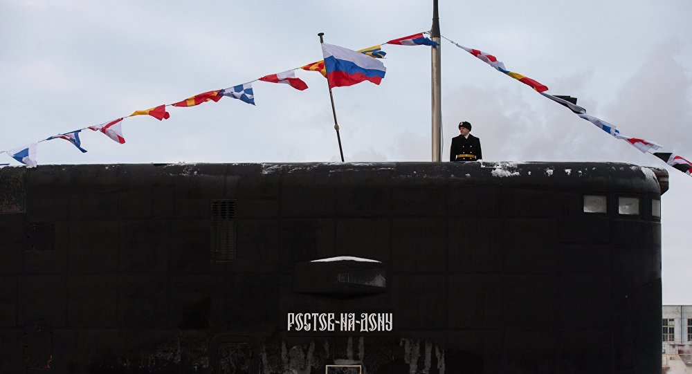 Hasteamento da bandeira russa no submarino Rostov-on-Don.