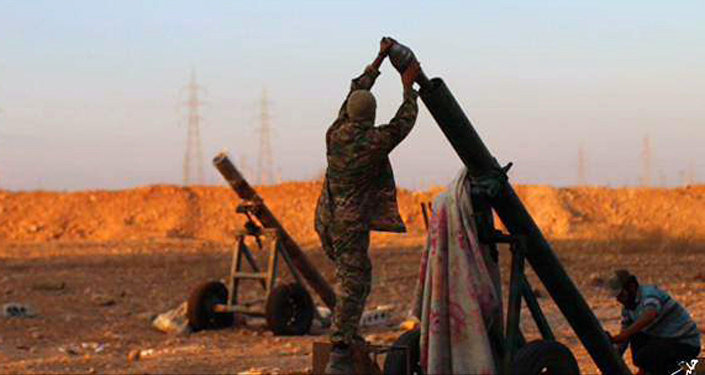 Militantes do Daesh se preparam para lançar fogo contra forças do governo sírio em Tal Arn na província de Aleppo, Síria