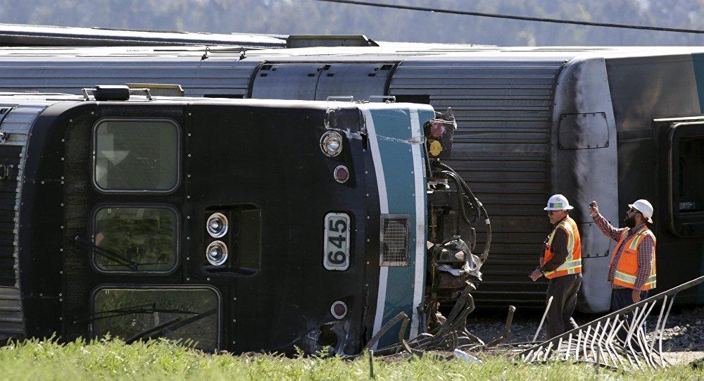 Funcionário fotografa vagão de passageiros após trem descarrilar na cidade de Oxnard, Califórnia, EUA.