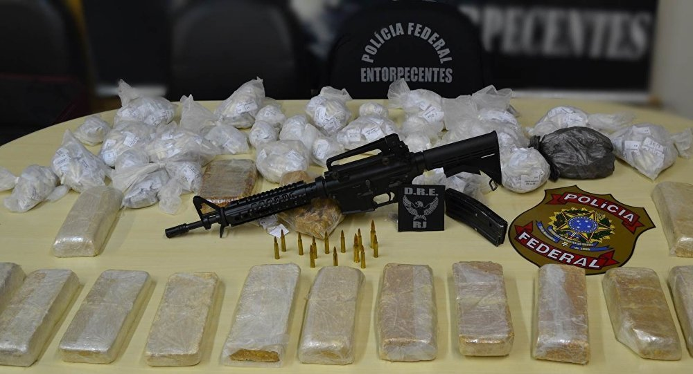 Drogas e fuzil apreendidos pela Polícia Federal em operação no Rio de Janeiro