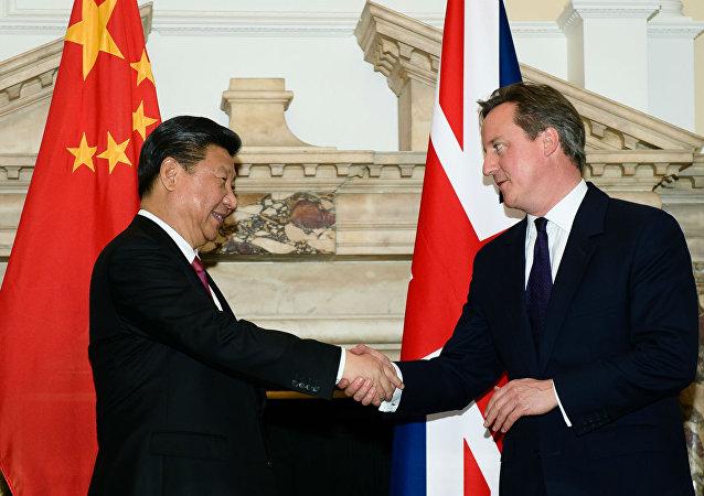 Xi Jinping e David Cameron se cumprimentam após anunciarem uma série de acordos entre a China e o Reino Unido.