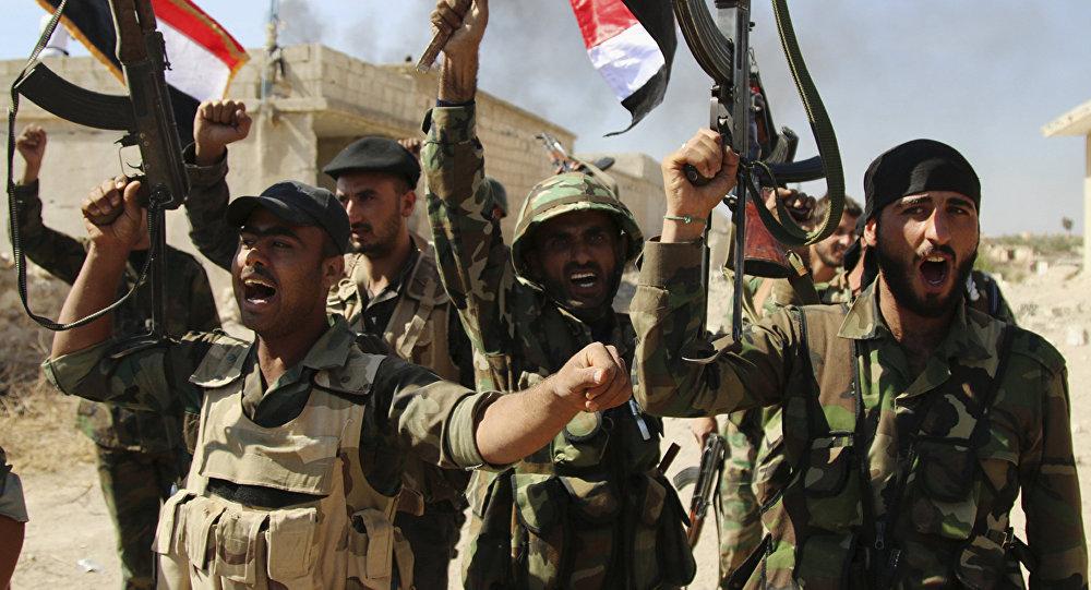 Soldados sírios acenando bandeiras sírias, província de Hama, Síria (foto de arquivo)