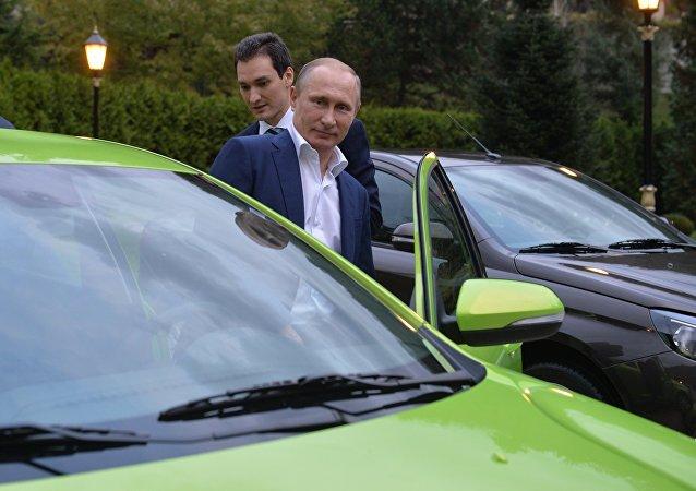 Vladimir Putin entra no Lada Vesta para um test drive.