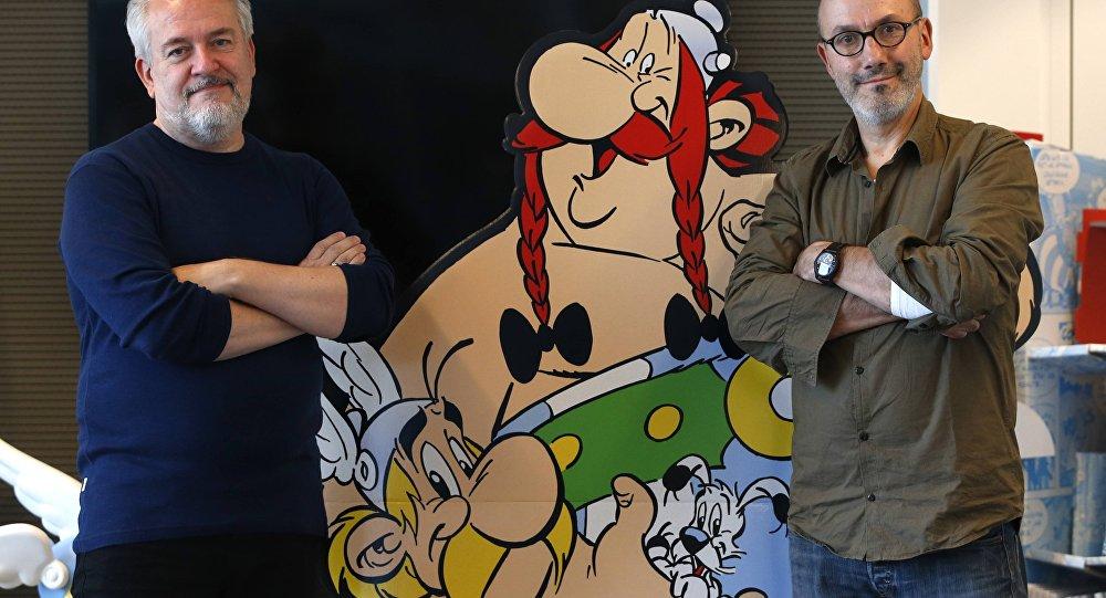 Os autores Jean-Yves Ferri (direita) and illustrator Didier Conrad (esquerda) posa ao lado do cartaz de Obelix and Asterix em Vanves, perto de Paris, França, Outubro 13, 2015