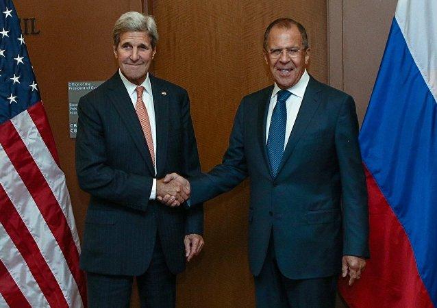 Secretário de Estado dos EUA, John Kerry e Ministro das Relações Exteriores da Rússia, Serguei Lavrov, em encontro realizado na sede da ONU em Manhattan.