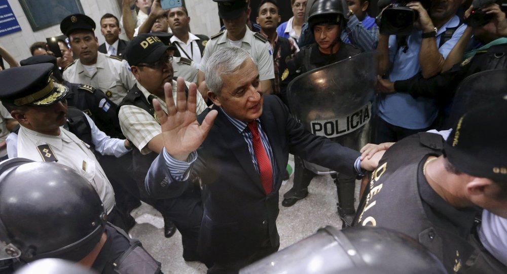 Ex-presidente da Guatemala, Otto Perez Molina gesticula enquanto era escoltado por policiais depois da audiência naCorte Suprema na Cidade da Guatemala, 3 de setembro de 2015.
