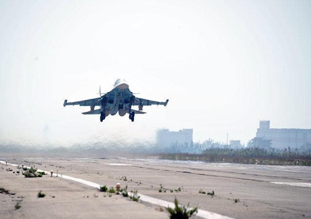 Su-34 russo está decolando na base aérea Khmeimim em província síria de Latakia