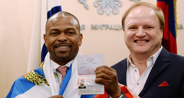 Roy Jones Jr. recebe passaporte russo