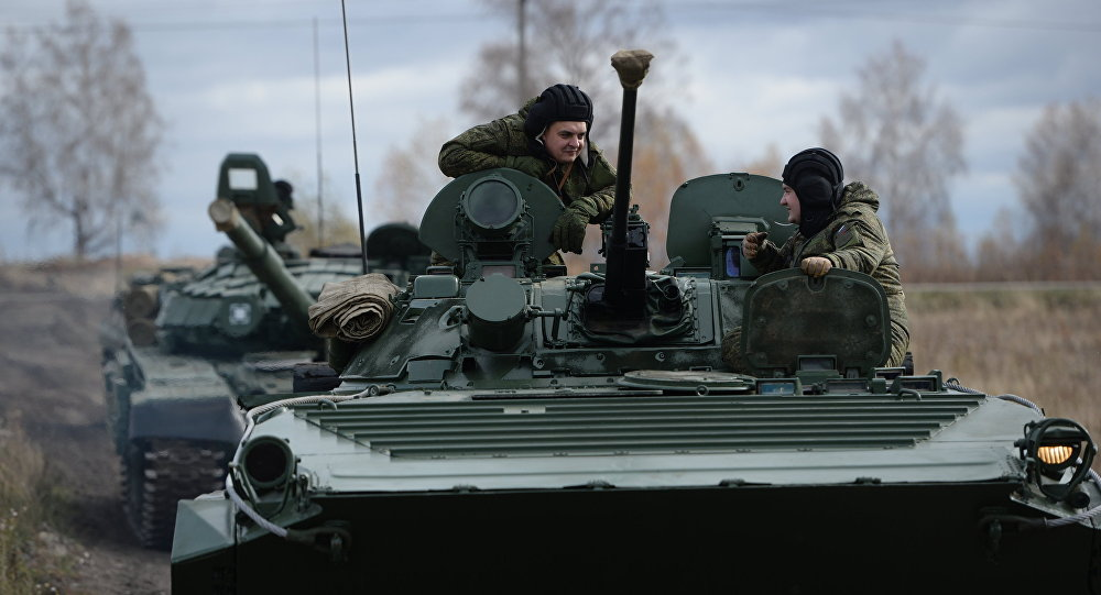 Veículosde combate de infantaria BMP-2 russos durante os exercícios na cidade de Chebarkul, regiçao de Chelyabinsk, 14 de outubro de 2015