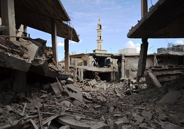 Foto clicada em 30 de setembro de 2015 mostrando edifícios danificados na cidade síria de Talbisseh, na província de Homs