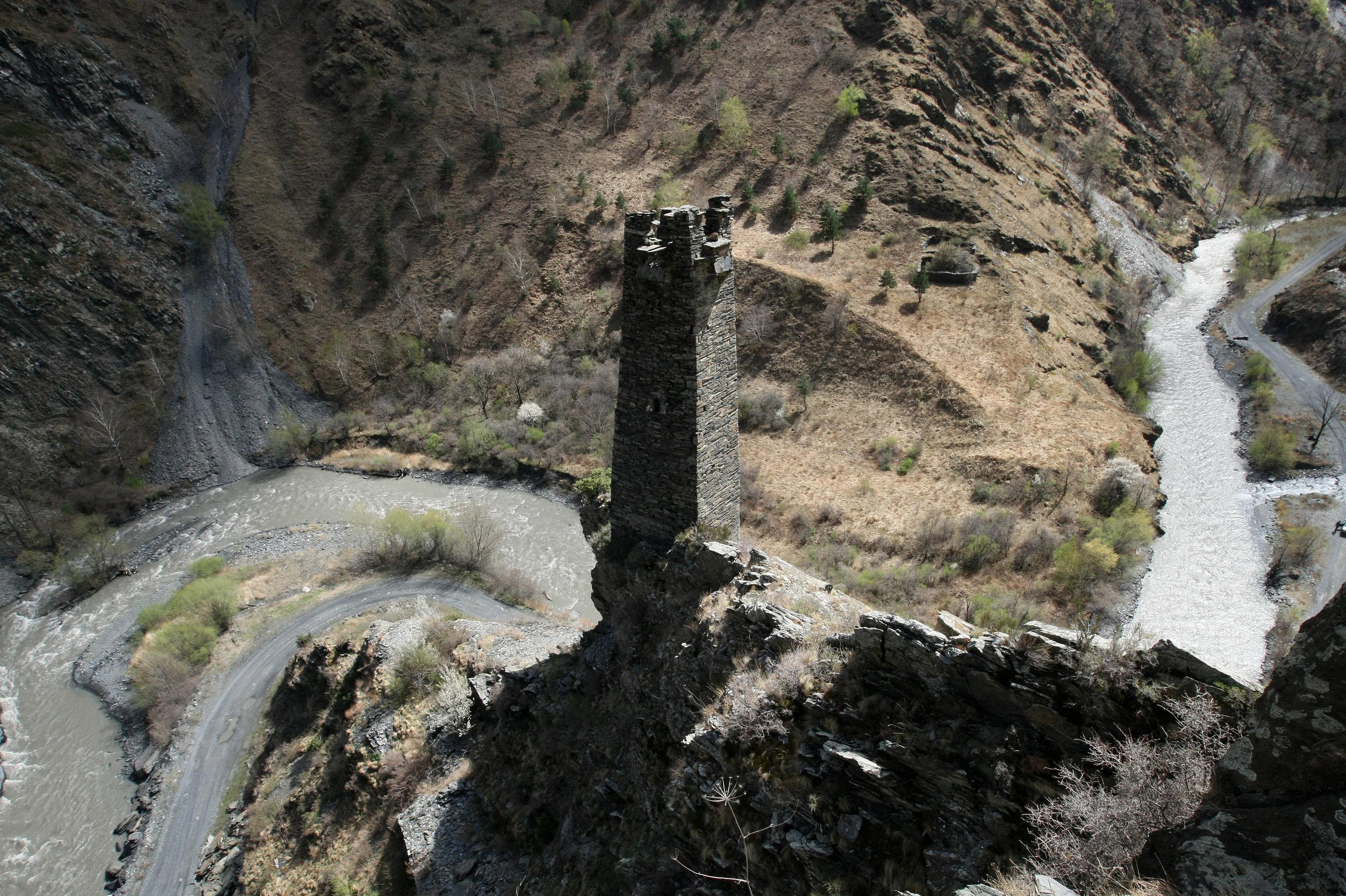 Torre do necrópole Tsoi-Pede na reserva natural Argunsky, distrito de Itum-Kalinsky, república de Chechênia perto da fronteira com a Geórgia, Rússia