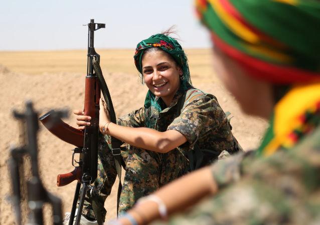 Milicianas curdas da Unidade de Proteção do Povo (YPG) fazem uma pausa na linha de frente na cidade síria de Hasakeh.
