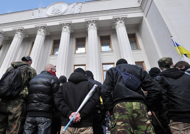 Simpatizantes do Setor de Direita protestando em frente ao parlamento ucraniano em março de 2014