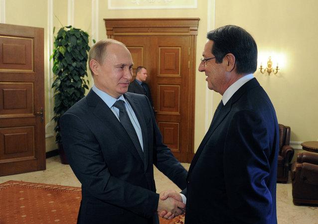 Vladimir Putin (E), presidente da Rússia, e Nicos Anastasiades, presidente do Chipre