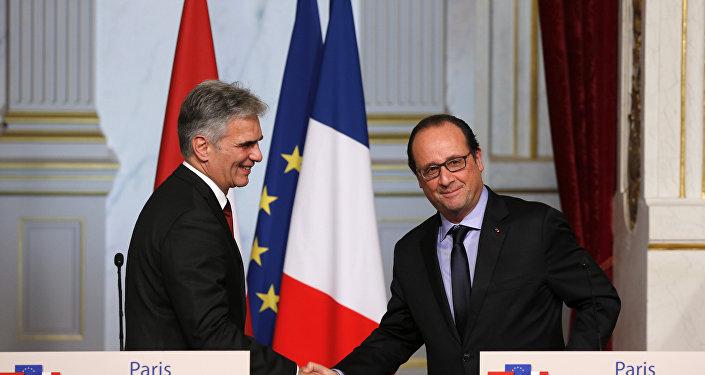 O presidente francês, François Hollande, durante encontro com o chanceler da Áustria, Werner Faymann, no Palácio do Eliseu
