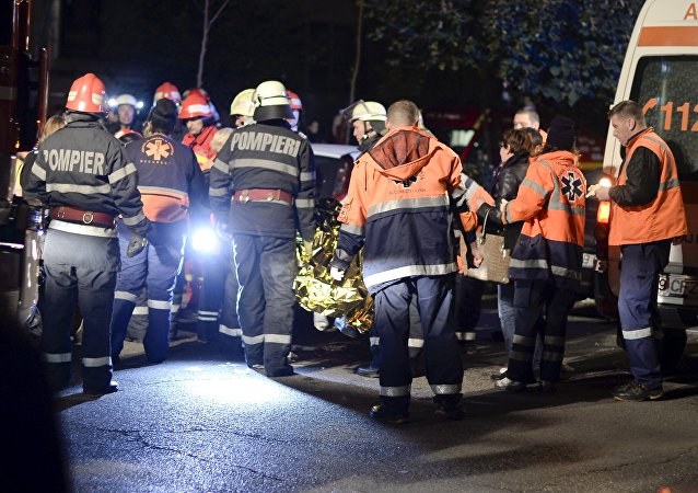 Equipes de salvamento trabalham do lado de fora da boate em Bucareste; 31.10.2015