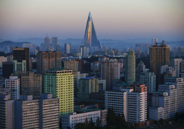 O hotel  Ryugyong de 105 andares, o edifício mais alto em construção na Coréia do Norte, é visto atrás de edifícios residenciais em Pyongyang, a Coreia do Norte.