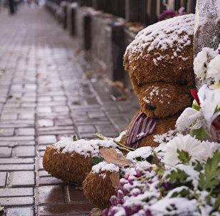 Flores e brinquedos perto da embaixada russa em homenagem às vítimas do acidente aéreo, Bishkek, Quirguistão, 1 de novembro de 2015