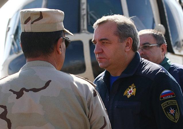 Vladimir Puchkov observa os restos do A321 da Kogalymavia