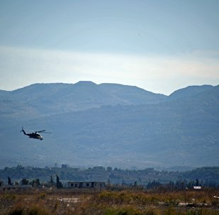 Helicóptero Mi-24 patrulha base aérea de Hmeymim, na Síria