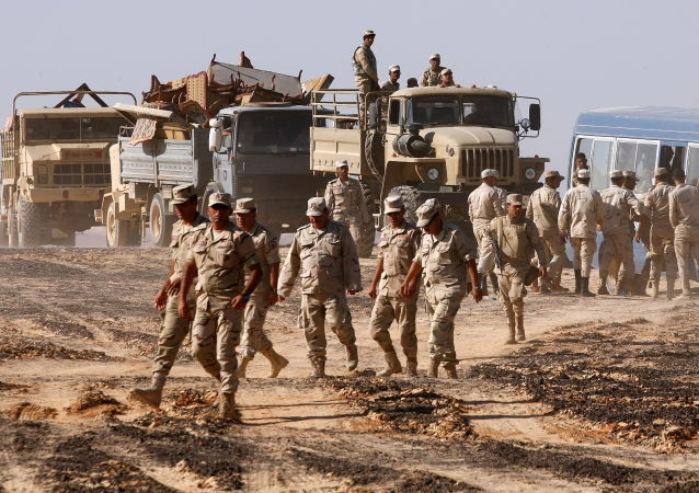 Militares no local da queda da aeronave russa Airbus A321 no Egito