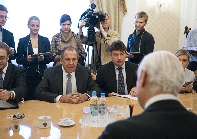 O chanceler russo Sergei Lavrov durante a reunião com o enviado especial da ONU para a Síria, Staffan de Mistura em Moscou.