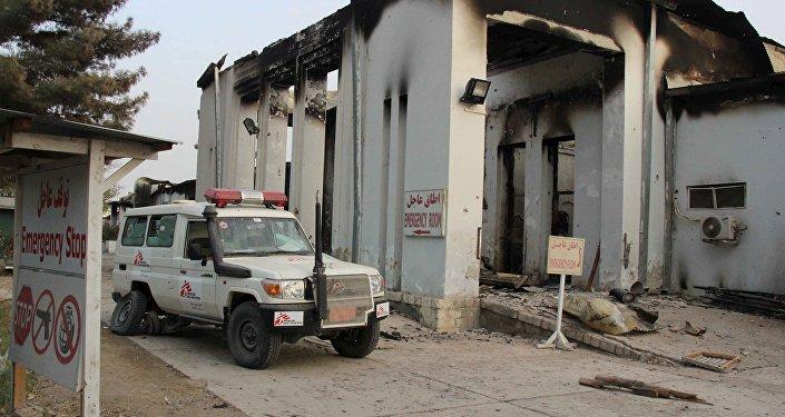 Um veículo médico perto do prédio do hospital destruído da MSF em Kunduz