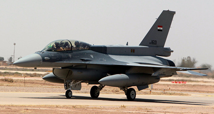 Caça F-16 norte-americano na base aérea Balad na província de Salaheddin, norte de Bagdá, 20 de julho de 2015