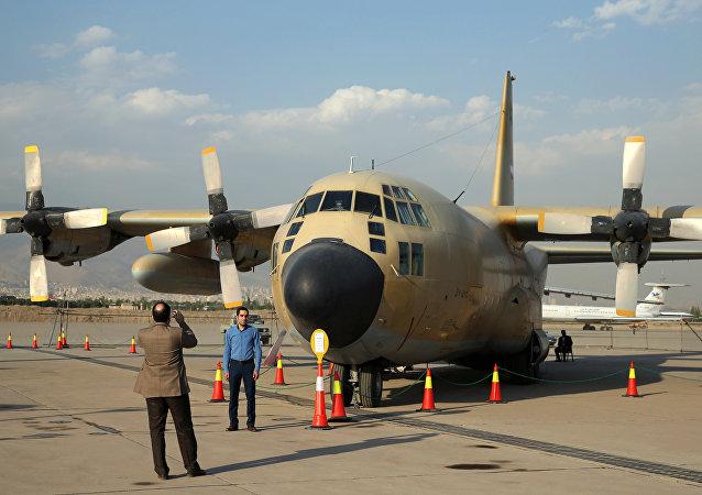 Iranianos tiram fotos em frente do avião C-130 Hercules, Teerã, Irã, 23 de setembro de 2015