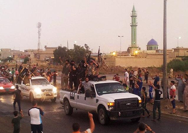 Terroristas do Daesh desfilando pelas ruas da cidade de Mossul, Iraque, em 25 de junho de 2014
