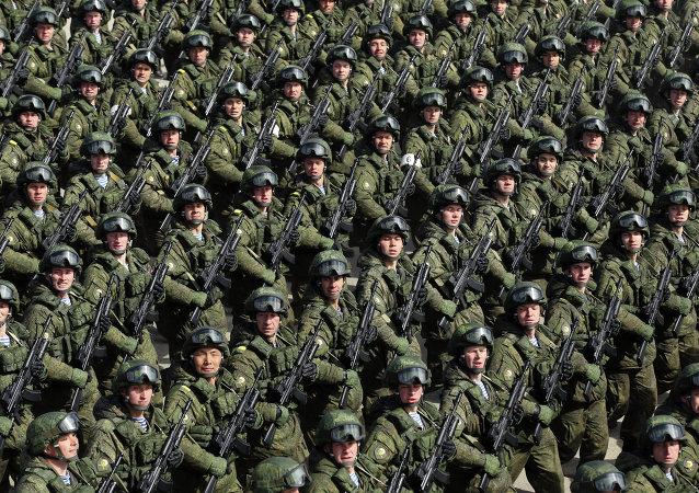 Soldados russos marcham em ensaio para a parada do Dia da Vitória