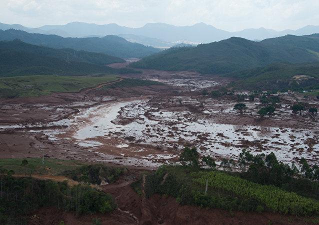 Distrito de Bento Rodrigues um dia após rompimento de barragens de rejeitos que criou tsunami de lama na região