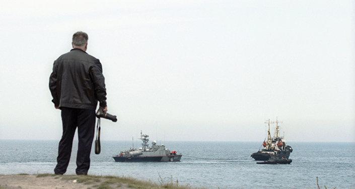 Os navios militares da Ucrânia deixam o porto marítimo