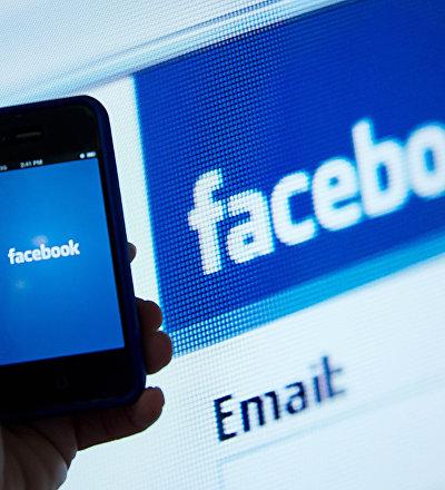 Logo do Facebook nos ecrãs do telemóvel e computador