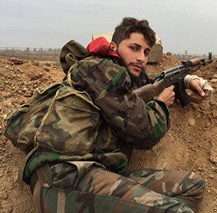 Militar sírio no  aeroporto de Deir ez-Zor