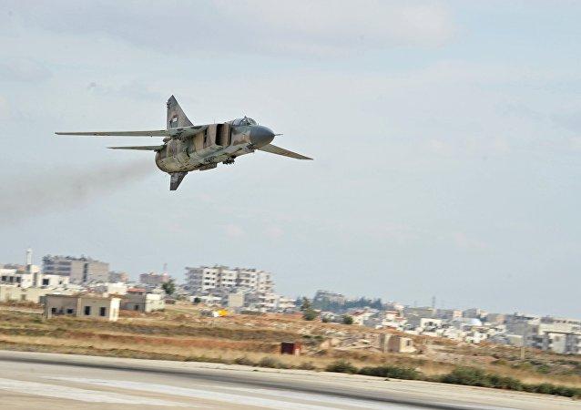 Caça da era soviética MiG-23 das Forças Aéreas da Síria na base de Hama (foto de arquivo)