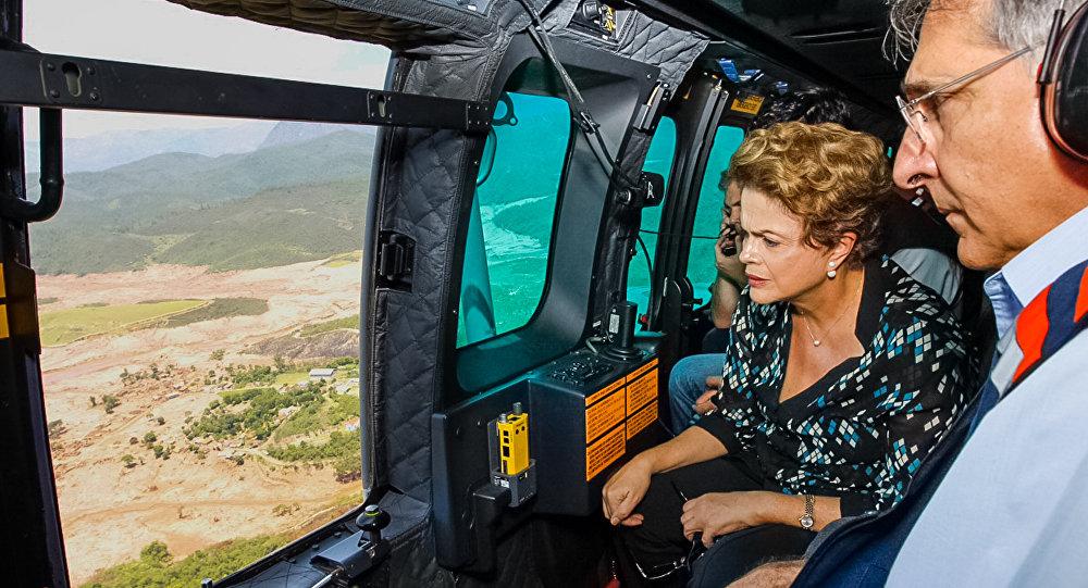 Presidente Dilma Rousseff e o governador de Minas Gerais, Fernando Pimentel, durante sobrevoo das áreas atingidas pelo rompimento das Barragens em MG