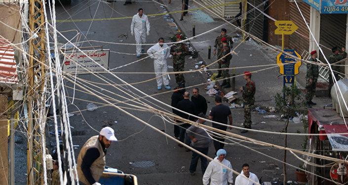 Investigadores trabalham no local de explosão em Beirute, no Líbano, em 13 de novembro 2015