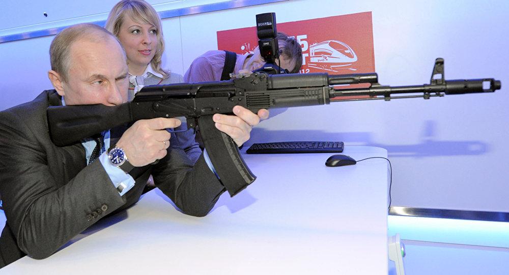 Vladimir Putin visa um alvo com um fuzil de assalto Kalashnikov