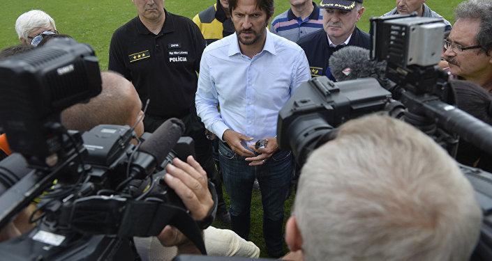 Robert Kalinak, ministro do Interior da Eslováquia, em conversa com jornalistas