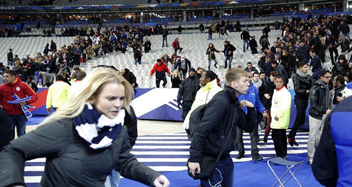 Público invade o gramado do Stade de França após o término do amistoso entre França e Alemanha